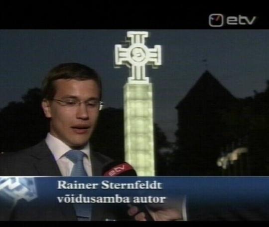 võidusamba autor ja IRL-i liige Rainer Sternfeldt 22. juuni 2009 hilisõhtul ETV-s. Äsja on toimunud umbes 12 erineva kiriku esindaja poolt maitsetuse monumendi sisse õnnistamine. Foto ETV ekraanist.